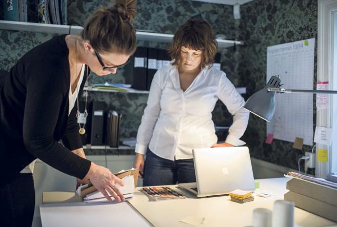 Ordning och reda-experten Brita Hahne hjälper Linnea Söderling att röja sitt skrivbord.